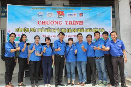 XSKTHG - Trao Thuốc Miễn Phí Cho Người Nghèo Xã Phú Tân, Huyện Châu Thành, Tỉnh Hậu Giang